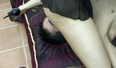 Az aranyos sportoló megmutatja xxx porno szex gyönyörű lábát.
